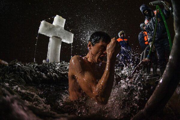 Abluzioni nell'acqua gelida nel villaggio Norskoye. - Sputnik Italia
