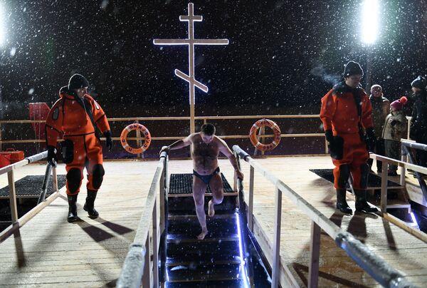 Bagno nel ghiaccio a Mosca. - Sputnik Italia