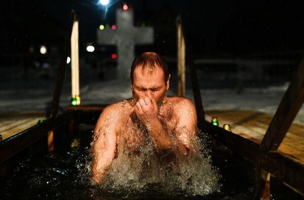Un uomo si tuffa nell'acqua gelata. - Sputnik Italia