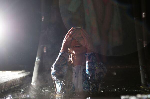 Ekaterinburg: una ragazza dopo essersi tuffata nell'acqua. - Sputnik Italia