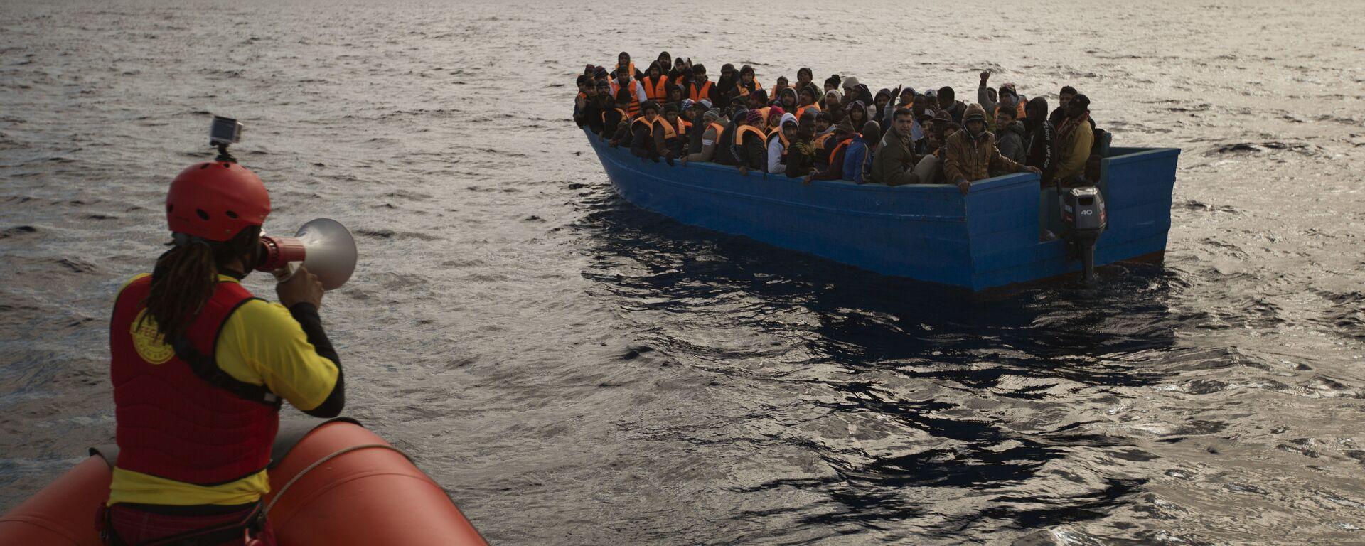 Migranti e rifugiati aiutati dai membri dell'ONG spagnola Proactiva Oper Arms nel mar Mediterraneo nei pressi di Libia (foto d'archivio) - Sputnik Italia, 1920, 20.01.2021