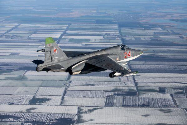 I bombardieri russi distruggono una base aerea nemica - Sputnik Italia