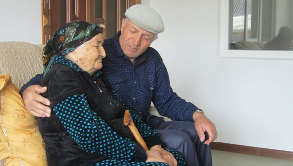 Nanu Shaova and her son Hussein. - Sputnik Italia