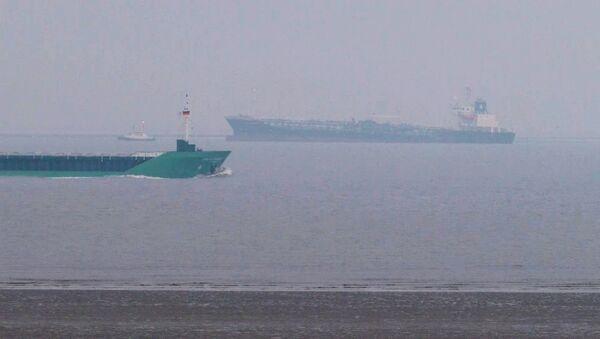 Una petroliera al largo dell'estuario dell'Elba in Germania - Sputnik Italia