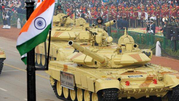 Indian military personnel drive Indian Army tanks as they take part in the Republic Day parade in New Delhi on January 26, 2014 - Sputnik Italia