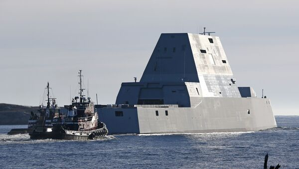 The first Zumwalt-class destroyer, the USS Zumwalt, the largest ever built for the US Navy, leaves the Kennebec River on Monday, December 7, 2015, in Phippsburg, Maine. - Sputnik Italia
