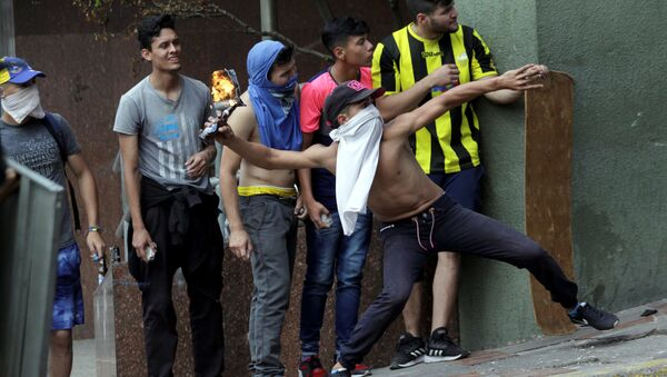 Demonstrators clash with security forces while participating in a rally against Venezuelan President Nicolas Maduro's government and to commemorate the 61st anniversary of the end of the dictatorship of Marcos Perez Jimenez in Tachira, Venezuela - Sputnik Italia