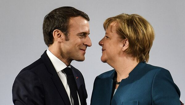 German Chancellor Angela Merkel watches French President Emmanuel Macron after the signing of a new Germany-France friendship treaty at the historic Town Hall in Aachen, Germany, Tuesday, Jan. 22, 2019 - Sputnik Italia