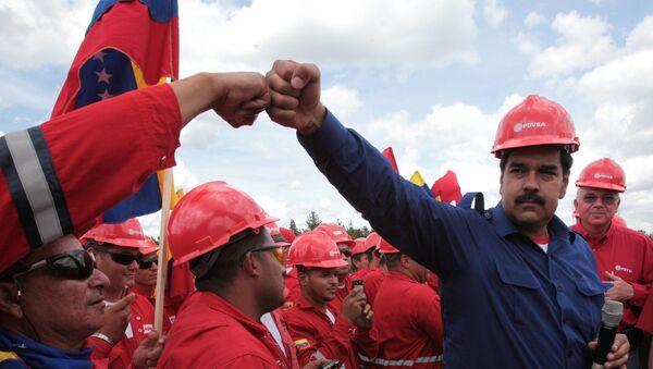 Il presidente venezuelano Maduro insieme a dei lavoratori della compagnia petrolifera nazionale PDVSA - Sputnik Italia