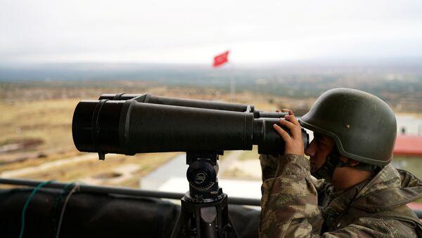 A Turkish soldier watches the border line between Turkey and Syria near the southeastern village of Besarslan, in Hatay province, Turkey, November 1, 2016 - Sputnik Italia