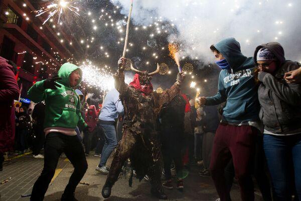 Un uomo vestito da demone partecipa al festival tradizionale di Correfoc a Palma de Mallorca. - Sputnik Italia
