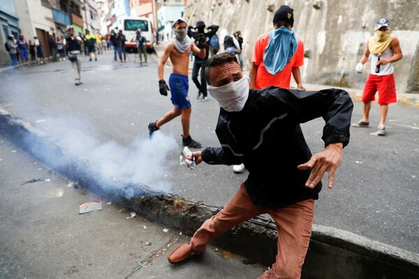 Gli scontri tra manifestanti e la polizia a Caracas, Venezuela. - Sputnik Italia
