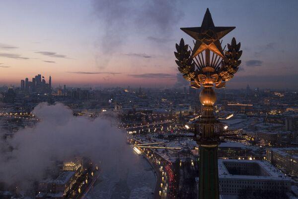 La stella sul tetto di un grattacielo a Mosca. - Sputnik Italia