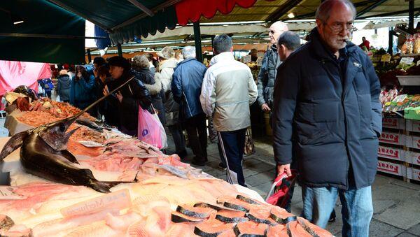 Un passante in un mercato di Venezia - Sputnik Italia