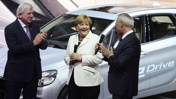 Angela Merkel parla con direttore finanziario della BMW Friedrich Eichiner - Sputnik Italia