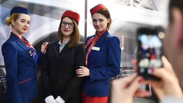 Ragazze in uno stand dell' esposizione NAIS, il maggiore evento russo dedicato all'aviazione civile - Sputnik Italia