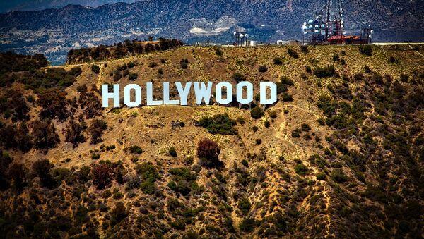 Вид на холм, где установлен знак Hollywood в США - Sputnik Italia