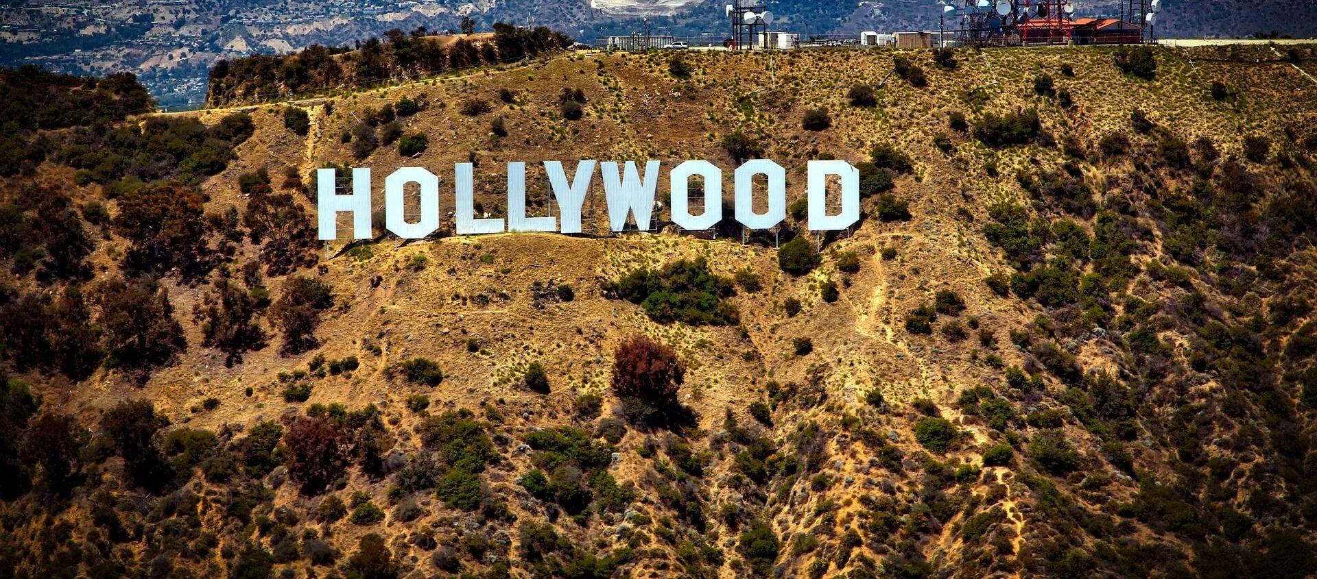 Вид на холм, где установлен знак Hollywood в США - Sputnik Italia, 1920, 06.01.2021