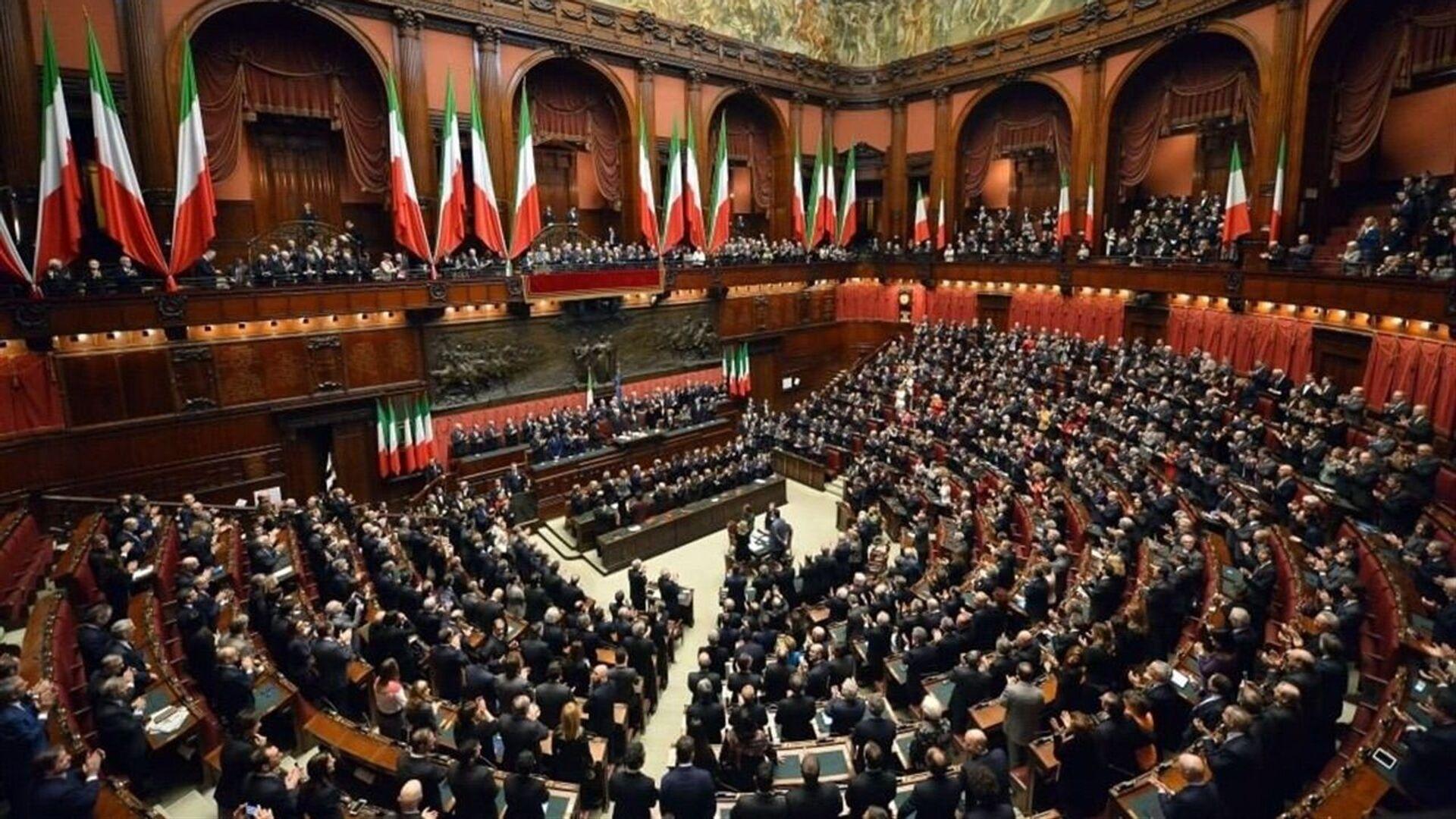 Il Presidente della Repubblica Sergio Mattarella nell'Aula di Montecitorio in occasione della cerimonia di giuramento - Sputnik Italia, 1920, 08.09.2021