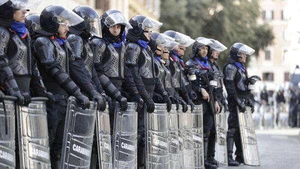 La polizia antisommossa italiana durante una protesta a Roma - Sputnik Italia