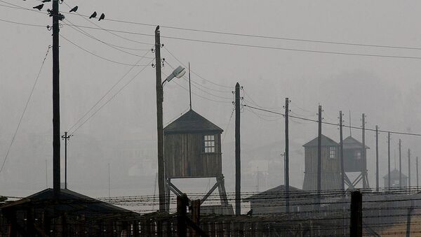 Watch towers and the barbed wire fence of the former Nazi death camp Majdanek outside the city of Lublin in eastern Poland on Wednesday Nov. 9, 2005. Four camp survivors and documentary film makers dug up trinkets and personal items buried by Jews in the spring of 1943 after arriving from the Warsaw ghetto - Sputnik Italia