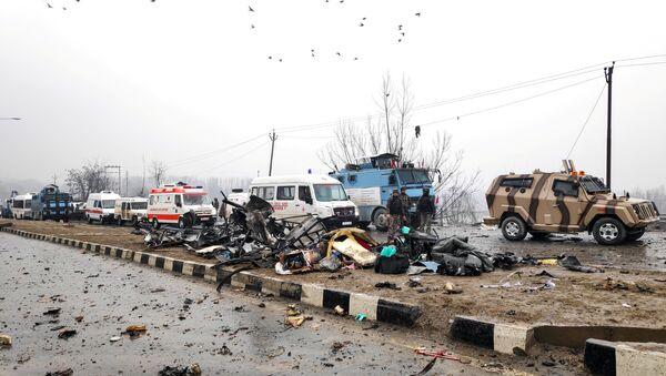 Soldati indiani esaminano il luogo dell'attentato a Lethpora in Kashmir. - Sputnik Italia