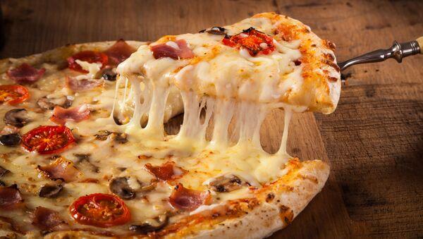 Горячая пицца на деревянном столе  - Sputnik Italia