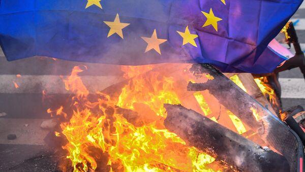 La bandiera dell'UE in fiamme  - Sputnik Italia