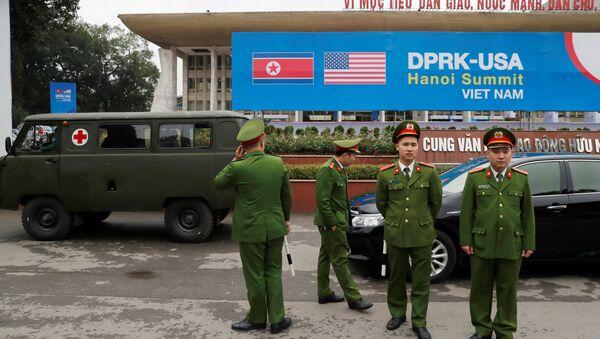 Vietnamese police officers stand guard outside the North Korea-USA summit's media centre in Hanoi, Vietnam, February 23, 2019. - Sputnik Italia