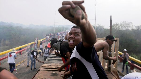 Opposition supporters clash with Venezuela's security forces at Francisco de Paula Santander bridge on the border line between Colombia and Venezuela as seen from Cucuta, Colombia, February 23, 2019 - Sputnik Italia
