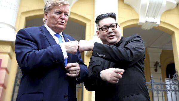 Il sosia del presidente Donald Trump Russell White e il sosia di Kim Jong-un Howard X pose for photos outside the Opera House in Hanoi, Vietnam, Friday, Feb. 22, 2019. The second summit between Trump and Kim will take place in Hanoi on Feb. 27 and 28. - Sputnik Italia