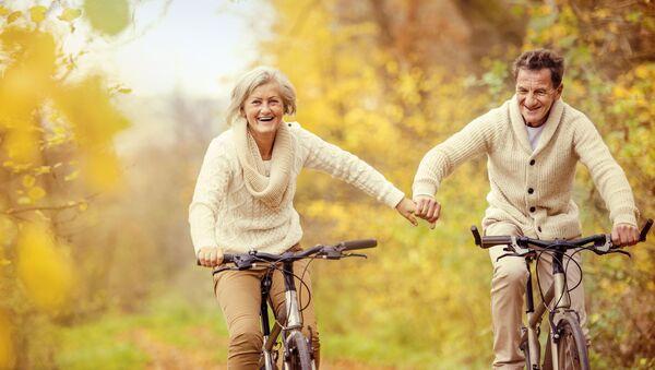 Anziana coppia in bicicletta - Sputnik Italia