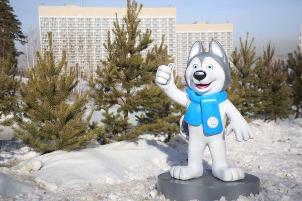 La mascotte delle Universiadi Krasnoyarsk 2019, Laika, saluta i visitatori del villaggio delle Universiadi - Sputnik Italia
