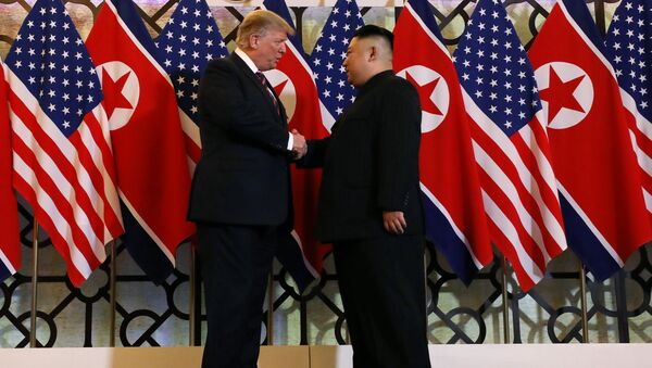 U.S. President Donald Trump and North Korean leader Kim Jong Un shake hands before their one-on-one chat during the second U.S.-North Korea summit at the Metropole Hotel in Hanoi, Vietnam February 27, 2019 - Sputnik Italia