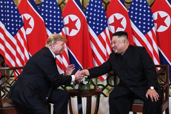 Presidente statunitense Donald Trump con il leader nordcoreano Kim Jong Un si stringono le mani durante l'incontro a Hanoi, Vietnam. - Sputnik Italia