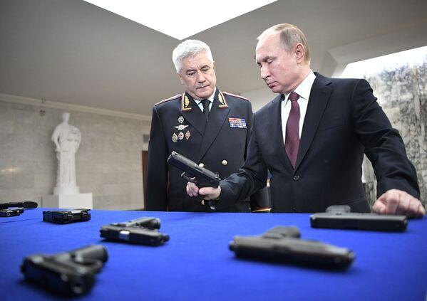 Presidente russo Vladimir Putin con ministro degli interni Vladimir Kolokoltsev durante una mostra delle armi. - Sputnik Italia