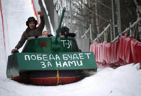 I concorrenti della corsa Battle slitta al festival delle slitte inconsuete. - Sputnik Italia