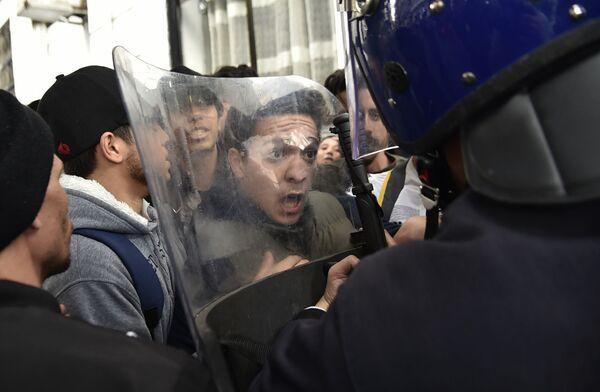 La manifestazione degli studenti contro il presidente Abdelaziz Bouteflika in Algeria. - Sputnik Italia