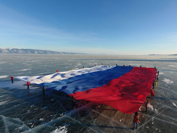 Enorme bandiera russa sopra il lago Baikal. - Sputnik Italia