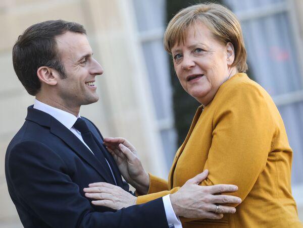 Presidente francese Emmanuel Macron dà il benvenuto al cancelliere tedesco Angela Merkel al Palazzo dell'Eliseo. - Sputnik Italia