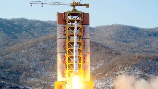 A North Korean long-range rocket is launched into the air at the Sohae rocket launch site, North Korea - Sputnik Italia