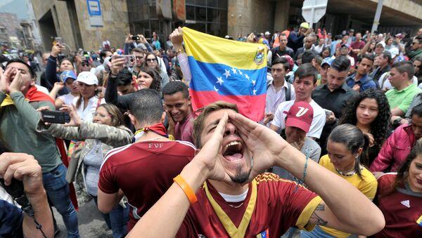 Un manifestante con la bandiera del Venezuela - Sputnik Italia