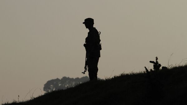 A Pakistan army soldier stands guard at hilltop post at a forward area on the Line of Control (LOC), that divides Kashmir between Pakistan and India. (File) - Sputnik Italia
