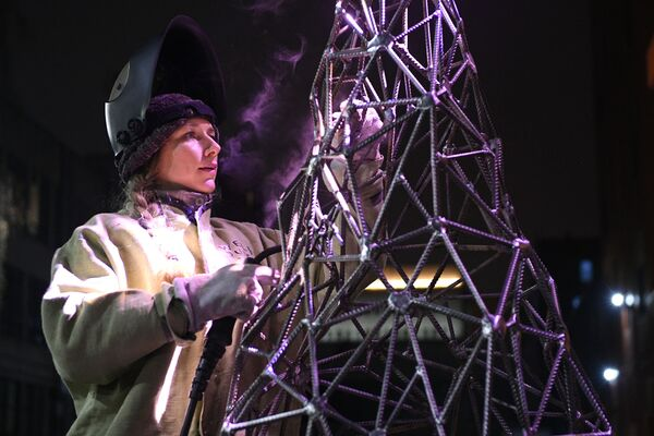 L'artista Aleksandra Weld Queen costruisce un'abete di armatura. - Sputnik Italia