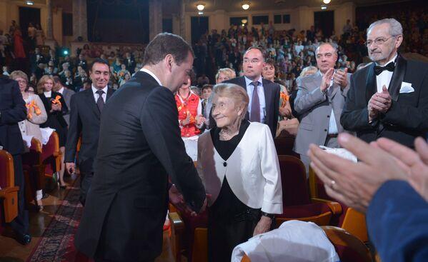 Il premier russo Dmitry Medvedev e la chirurga della clinica municipale №11 della città di Ryazan Alla Levushkina. - Sputnik Italia