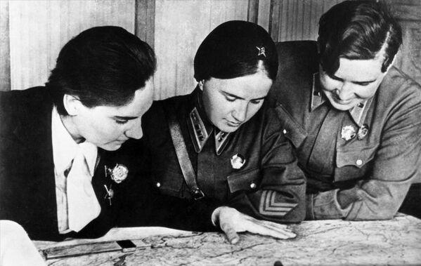 Le eroine dell'Unione Sovietica Valentina Grizodubova, Polina Osipenko e Marina Raskova. - Sputnik Italia
