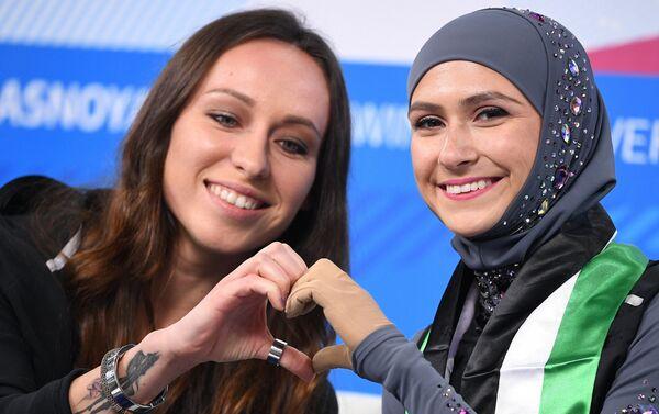 La pattinatrice degli Emirati Arabi Uniti Zhara Leri insieme alla sua allenatrice - Sputnik Italia