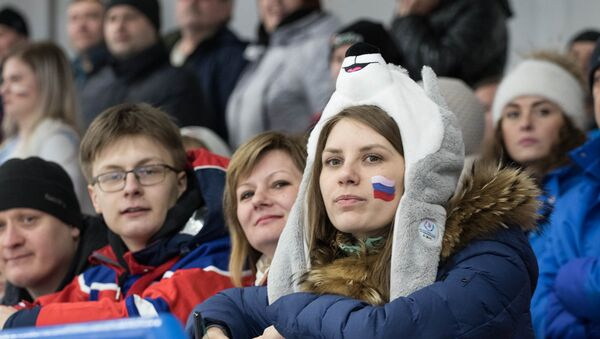 Una spettatrice alla Cristal Arena di Krasnoyarsk, durante una partita di hockey alle Universiadi di Krasnoyarsk - Sputnik Italia