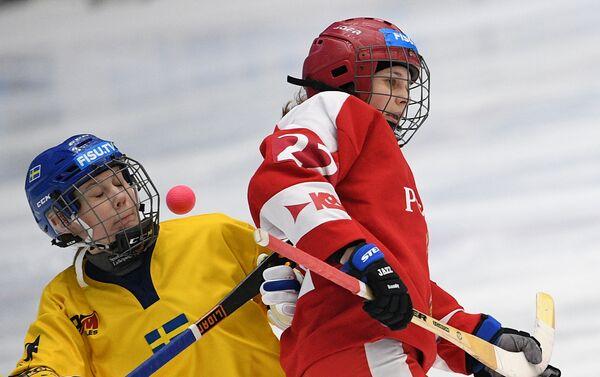 Duello nella partita Russia-Svezia di bandy femminile - Sputnik Italia