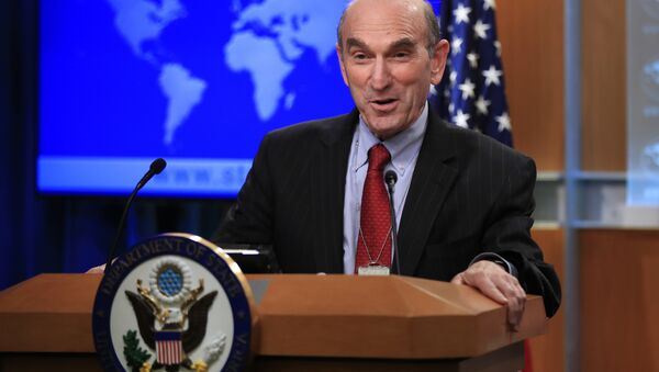 Elliott Abrams talks to reporters after Secretary of State Mike Pompeo named the hawkish former Republican official to handle U.S. policy toward Venezuela during a news conference at the State Department in Washington, Friday, Jan. 25, 2019 - Sputnik Italia